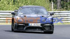 Nuova Porsche 718 Cayman GT4 RS: frontale con prese d'aria maggiorate