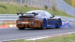 Nuova Porsche 911 GT3 2021: visuale di 3/4 posteriore al Nurburgring