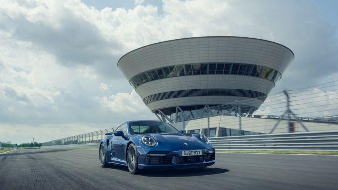 Nuova Porsche 911 ibrida: iniziano i collaudi in pista con una turbo ''speciale''