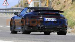 Nuova Porsche 911 Turbo Cabrio 2020 a capote aperta: in evidenza lo spoiler robotizzato