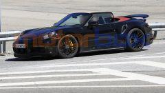 Nuova Porsche 911 Turbo Cabrio 2020 a capote aperta nel test su strada
