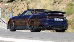 Nuova Porsche 911 Turbo Cabrio 2020 a capote aperta: vista 3/4 posteriore