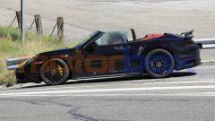 Nuova Porsche 911 Turbo Cabrio 2020 a capote aperta: vista laterale