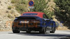 Nuova Porsche 911 Turbo Cabrio 2020 con l'ala abbassata