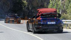 Nuova Porsche 911 Turbo Cabrio 2020: la capote elettrica in fase di chiusura