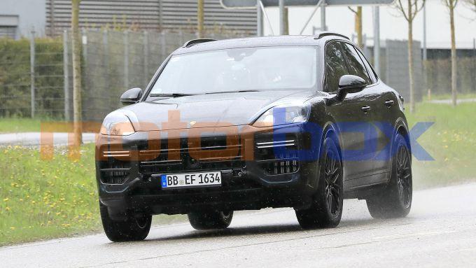Nuova Porsche Cayenne 2022: frontale più aggressivo con fari a LED affilati
