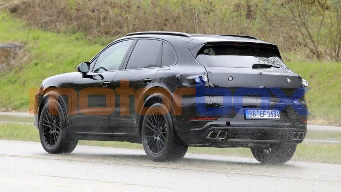 Nuova Porsche Cayenne 2022: il SUV tedesco avvistato durante i collaudi