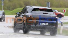 Nuova Porsche Cayenne: la targa scende dal portellone al paraurti posteriore