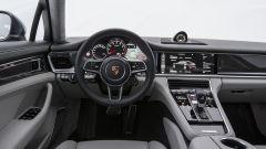 Nuova Porsche Panamera 2017 - I classici cinque strumenti Porsche diventano virtuali, raffigurati su tre schermi multifunzione