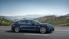 Nuova Porsche Panamera 2017 - Il fianco della 4S Diesel con la nuova bocca di ventilazione che si allunga fino alle porte poster