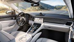 Nuova Porsche Panamera 2017 - La fascia piatta della plancia riprende quella inconfondibile delle 911