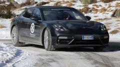 Nuova Porsche Panamera 2017 - La forma dei fari è ora meno tonda, più squadrata e moderna