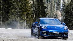 Nuova Porsche Panamera 2017 - la parte bassa del paraurti anteriore ha ora una presa d'aria più sportiva