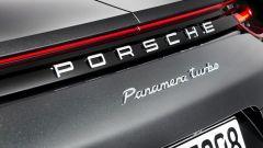 Nuova Porsche Panamera 2017, una firma luminosa collega i due fari posteriori