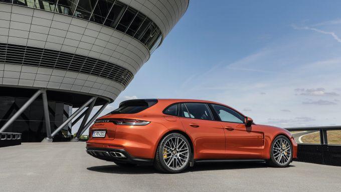Nuova Porsche Panamera 2021: visuale di 3/4 posteriore