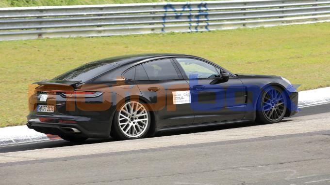 Nuova Porsche Panamera: la berlina high performance fotografata durante i collaudi in pista