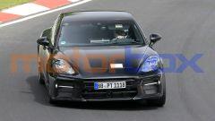 Nuova Porsche Panamera: si intravvede una presa d'aria supplementare sopra la targa