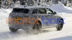 Nuova Range Rover Evoque 7 posti: da dietro si nota l'allungamento del padiglione