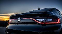 Nuova Renault Arkana 2021: il profilo luminoso a LED che collega i fari posteriori