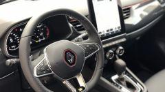 Nuova Renault Arkana 2021: un dettaglio del volante sportiva e della leva del cambio automatico