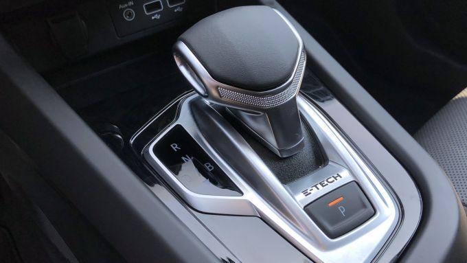 Nuova Renault Arkana E-Tech Hybrid: la leva ergonomica del cambio automatico brevettato