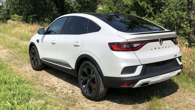 Nuova Renault Arkana E-Tech Hybrid: una vista di 3/4 posteriore e il taglio inclinato del tetto