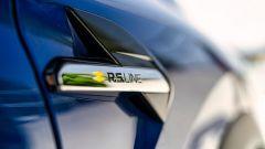 Nuova Renault Captur E-Tech Hybrid: il logo che distingue l'allestimento sportivo R.S. line