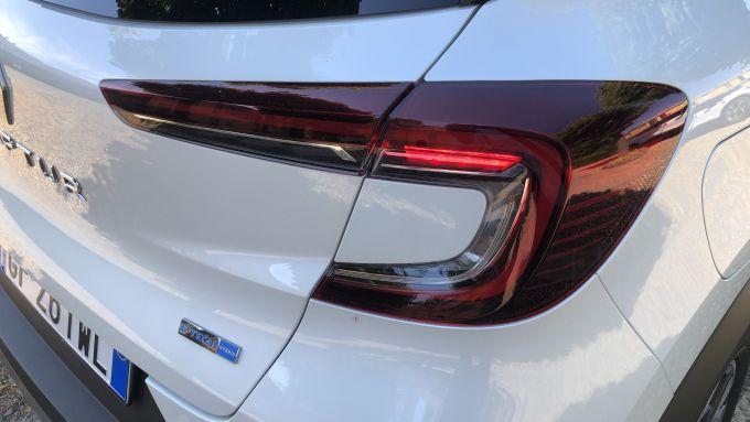 Nuova Renault Captur E-Tech Hybrid: un dettaglio della firma luminosa posteriore a LED