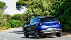 Nuova Renault Captur E-Tech Hybrid: una vista dinamica di 3/4 posteriore