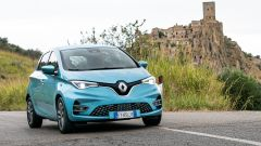 Nuova Renault ZOE impegnata sui tornanti verso il borgo di Craco