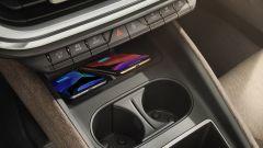 Nuova Skoda Enyaq iV: piastra per la ricarica wireless dei telefoni