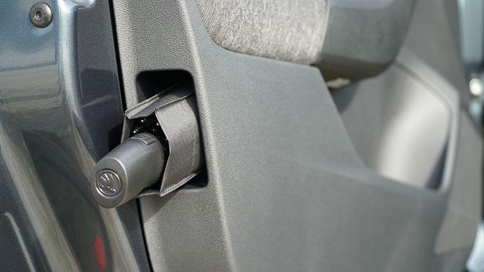 Nuova Skoda Scala 1.6 TDI DSG Style: il vano portaombrello nella portiera lato guida