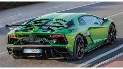 Nuova supercar Lamborghini 2022: una vista di 3/4 posteriore della Aventador SVJ