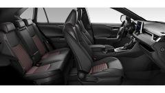 Nuova Suzuki Across: i sedili in pelle sono riscaldabili davanti e dietro. Ampio lo spazio a bordo