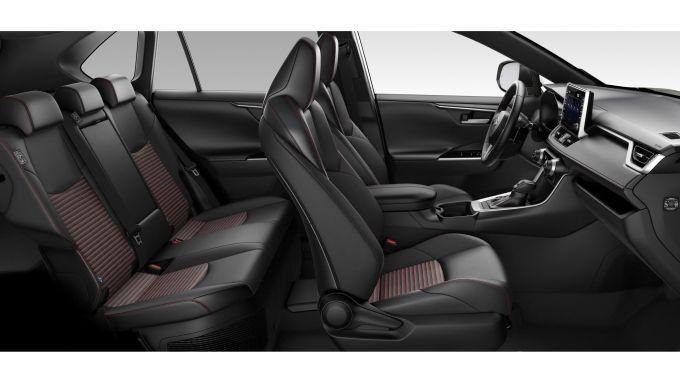 Nuova Suzuki Across: l'elegante abitacolo molto funzionale