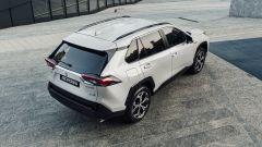 Nuova Suzuki Across: una vista di 3/4 posteriore dall'alto mostra le forme scolpite