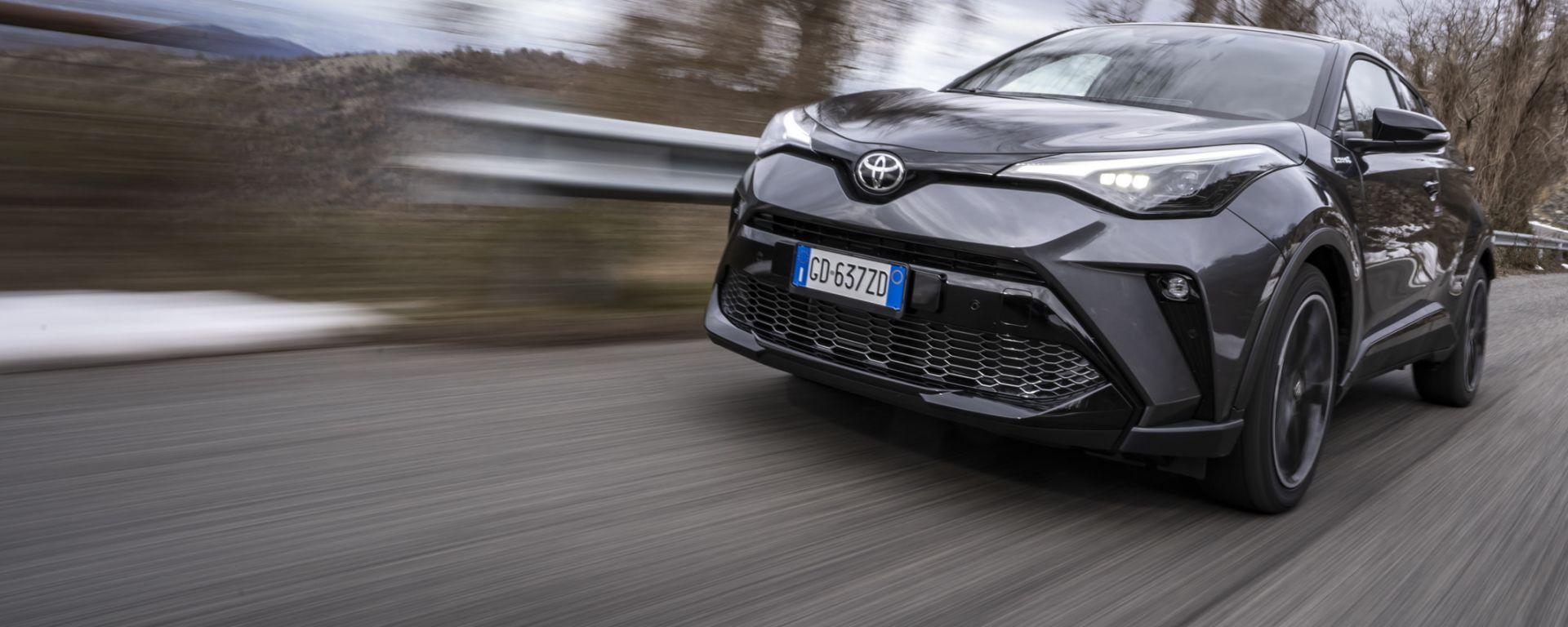 Toyota C-HR GR Sport, un Suv coupé inc***ato nero. Il prezzo