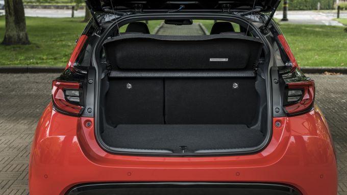 Nuova Toyota Yaris Hybrid, il bagagliaio con il ripiano in posizione