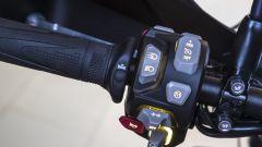 Nuova Triumph Tiger 800: dettaglio dei comandi al manubrio