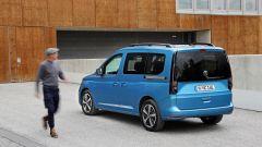 Nuova Volkswagen Caddy 2021, vista 3/4 posteriore