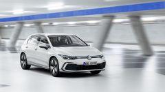 Nuova Volkswagen Golf 2020 GTE: visuale di 3/4 anteriore dinamica
