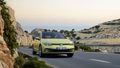 Nuova Volkswagen Golf 2020: scatto dinamico di 3/4