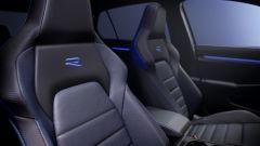 Nuova Volkswagen Golf 8 R, sedili sportivi