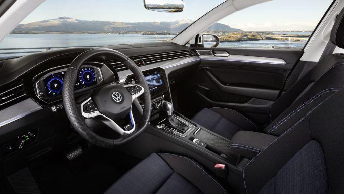 Nuova Volkswagen Passat GTE 2019: gli interni dell'ibrida
