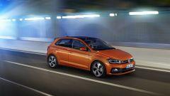 Nuova Volkswagen Polo 2017: mascherina più sottile con listelli cromati da cui partono le luci led