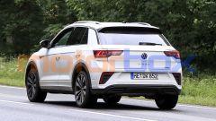 Nuova Volkswagen T-Roc: da dietro si notano i fari dal nuovo design