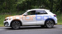 Nuova Volkswagen T-Roc: di fianco mostra le consuete proporzioni