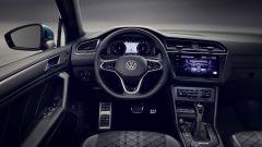 Nuova Volkswagen Tiguan 2021: cruscotto digitale e volante con comandi touch