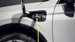Nuova Volkswagen Tiguan 2021 eHybrid: la ricarica laterale