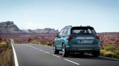 Nuova Volkswagen Tiguan 2021: visuale di 3/4 posteriore